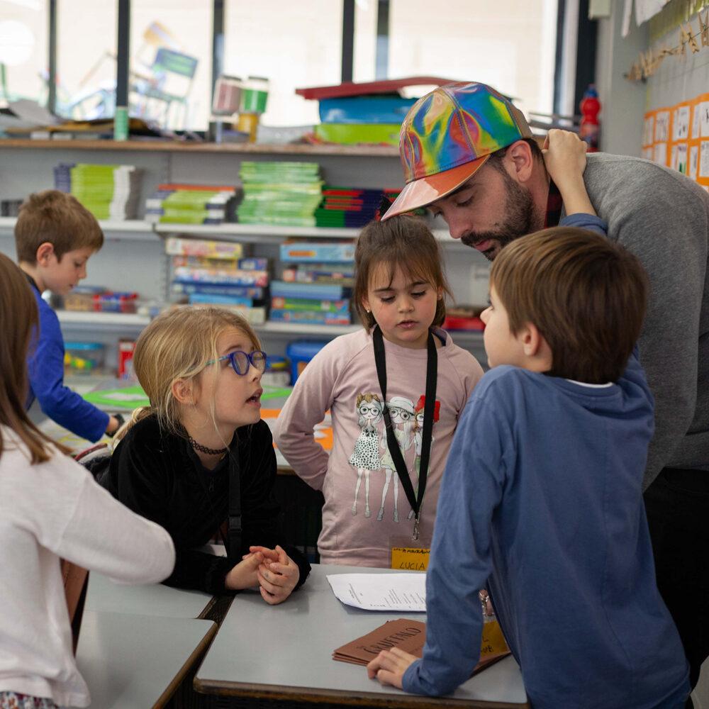 Uns alumnes i un professor comenten un projecte
