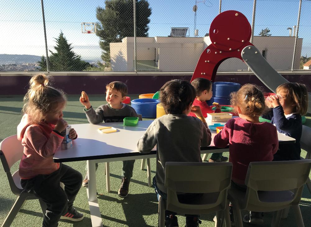 Nens i nenes jugant al pati