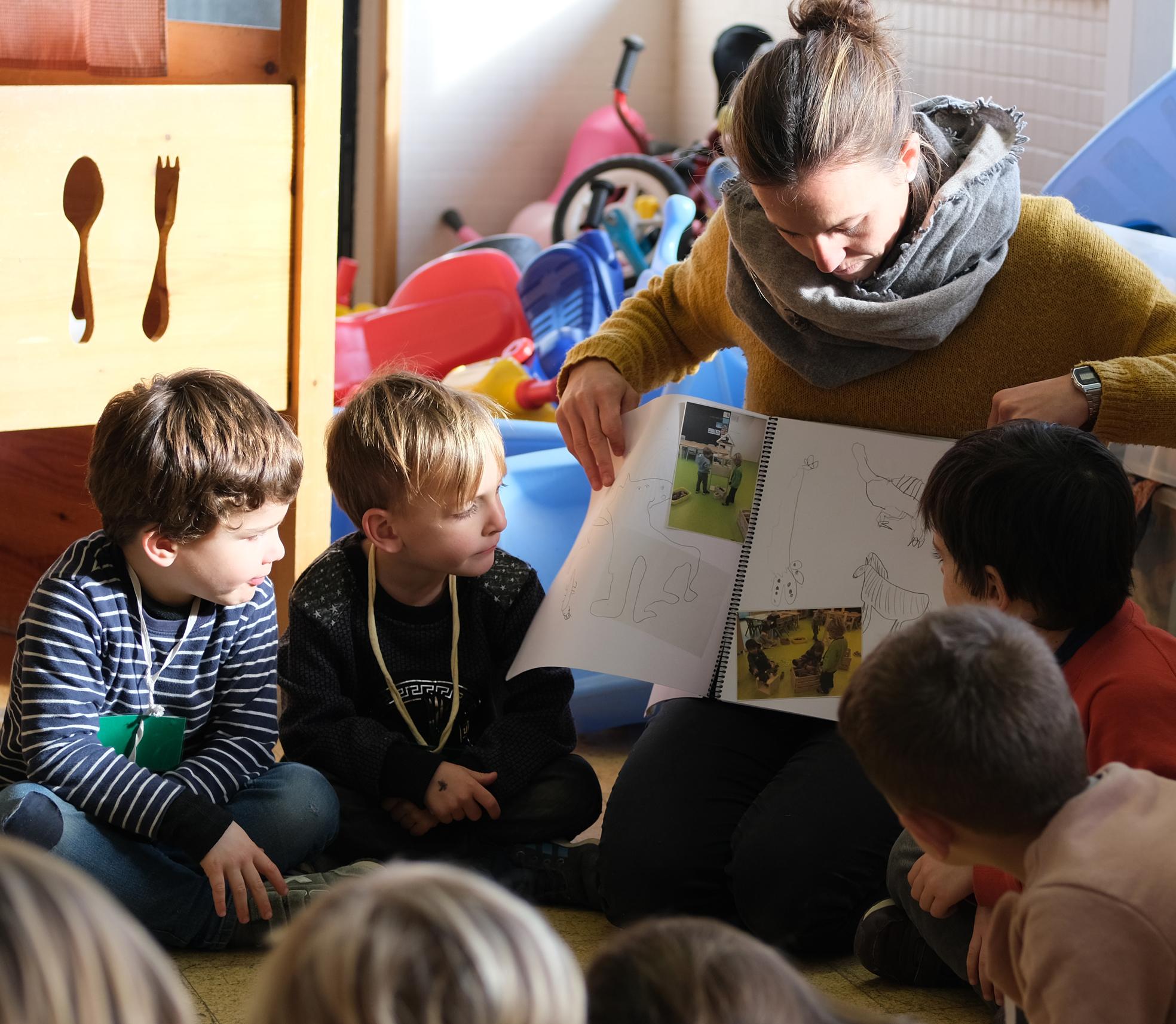 Els nens i la professora a classe