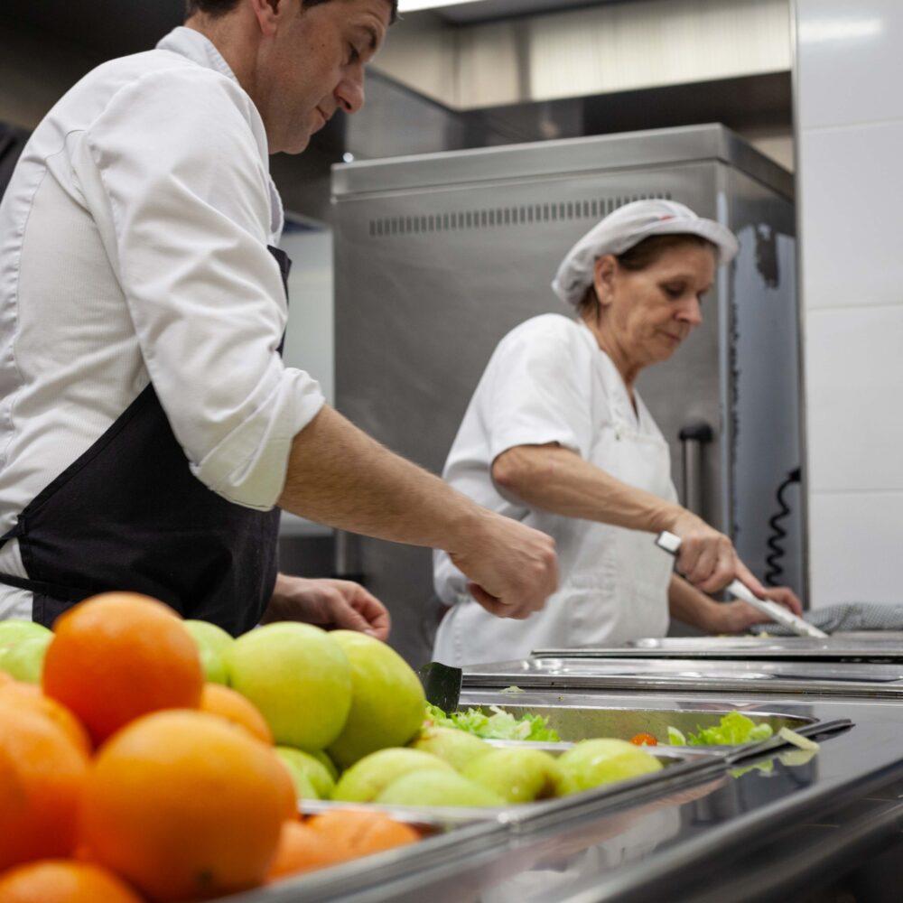 L'equip de cuina preparant el menjar